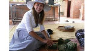 Cô Daria Mishukova gói bánh chưng tại Mũi Né tháng 1/2011