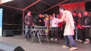 舞台上打乒乓