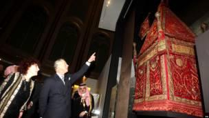 Pangeran Charles menyaksikan salah satu materi pameran