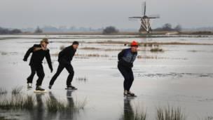 На севере Голландии люди, впервые за много лет, могут кататься на коньках на соседнем озере.