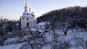Заснеженные церкви под голубым небом выглядят осбенно красиво