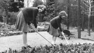 Апрель 1940 года: принцесса Елизавета вместе со своей младшей сестрой принцессой Маргарет