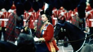 1971 год: королева Елизавета II принимает парад