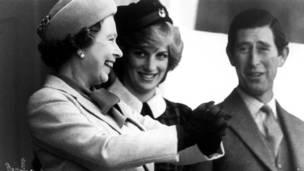 Королева с принцессой Дианой и принцем Чарльзом