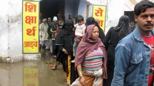 بہرائچ کے ایک پولنگ اسٹیشن پر لوگوں کی قطار