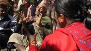 राउटेका मुखिया पत्रकारहरुसंग कुरा गर्दै