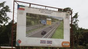 Cartel en la carretera de Bata a Mongom