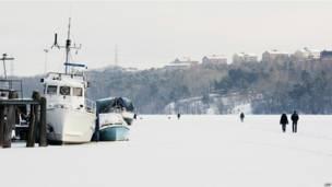 Замерзшее озеро в Стокгольме