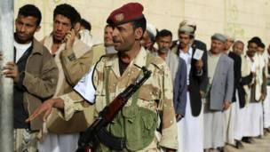 جندي امام مركز اقتراع في صنعاء