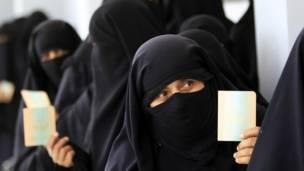 ناخبات امام مركز اقتراع في صنعاء