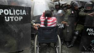 Солкновение инвалидов с полицией в Боливии