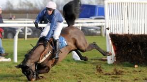 Наездник Генри Оливер падает со своей лошади