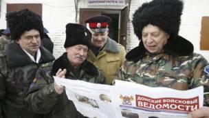 Một số cử tri cossack theo dõi tin tức về bầu cử ở Rostov-on-Don