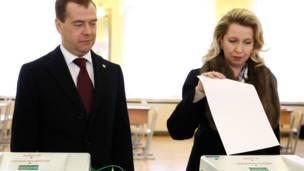 Tổng thống mãn nhiệm Dmitry Medvedev cùng phu nhân đi bỏ phiếu ở Moscow