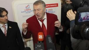 Nghị sỹ và ứng viên tổng thống Vladimir Zhirinovsky phát biểu với báo chí tại một điểm bầu cử ở Moscow