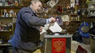 Một cử tri bỏ phiếu ở nhà ở làng Krovatyn gần thị trấn Ostashkov