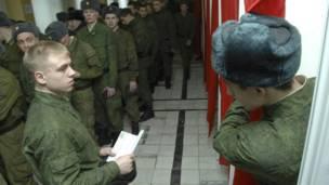 Các binh lính Nga xếp hàng chờ bỏ phiếu tại một điểm bỏ phiếu ở một căn cứ quân sự gần Moscow