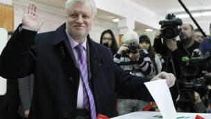 Ứng viên Sergei Mironov, lãnh đạo Đảng nước Nga công bằng bỏ phiếu ở Moscow