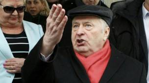 Ứng viên Vladimir Zhirinovsky bước ra khỏi phòng phiếu