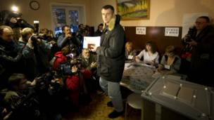 Ứng viên tỷ phú Mikhail Prokhorov bỏ phiếu ở Krasnoyarsk cách Moscow gần 4.000 km về phía đông