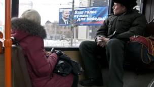 Pa nô vận động tranh cử qua cửa sổ xe buýt ở Krasnoyarsk