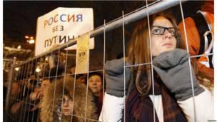 Участники антипутинского митинга слушают выступающих