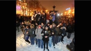 Собравшиеся на Пушкинской площади взялись за руки, чтобы противостоять полиции