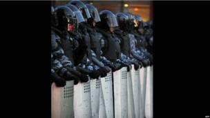 Шеренга полицейских, готовых к разгону митинга.