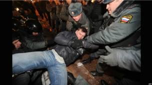 Полиция задерживает одного из участников митинга на Пушкинской площади.