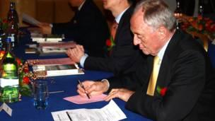 伦敦前市长肯 •利文斯通先生在推介会上认真记录