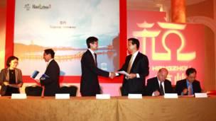 在活动中,中英旅游企业签署了合作协议。