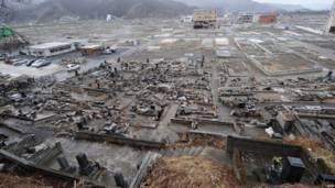 Những ngôi mộ vỡ dưới một ngọn đồi ở Otsuchi, tỉnh Iwate