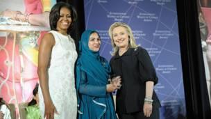 هیلري کلنټن او میشل اوباما د پاکستان له شاد بیګم سره،