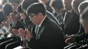 Người dân đang cầu nguyện cho nạn nhân thảm họa ở chù̀a Jyodoji thuộc Rikuzentakata, tỉnh Iwate