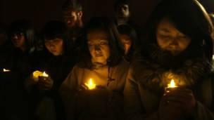Thắp nến tưởng nhớ người thân vào đêm trước ngày diễn ra lễ tưởng niệm thảm họa