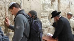 د حرم شریف لوېديځ دېوال (جدارالنبة) ته نژدې له څو پېړیو راهیسې یهودان عبادت کوي.