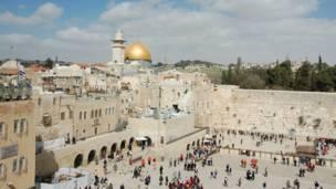 د بیت المقدس ټول حرم د یهودانو لپاره سپېڅلی ځای دی. یهودان وايي چې د یهودانو تر ټولو سپېڅلی ویجاړ شوی عبادتځای (د سلیمان هیکل) ددغې غونډۍ پرسر جوړ شوی و.