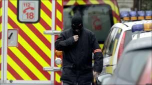 Некоторые полицейские, принимающие участие в операции, носят маски, каски и бронежилеты