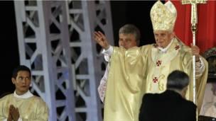 Benedicto XVI bendice a los asistentes