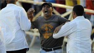 Efectivos de seguridad detienen a un hombre que gritó consignas antigubernamentales