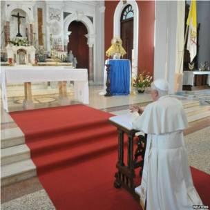 El sumo pontífice reclinado en el santuario de la Virgen de la Caridad del Cobre