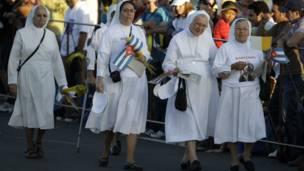 Monjas camino a sus asientos en la Plaza de la Revolución