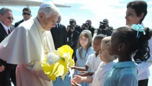 El Papa recibido por niños en La Habana