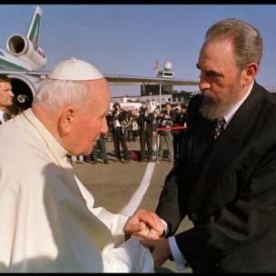 Fidel Castro recibe a Juan Pablo II en el aeropuerto internacional José Martí en 1998