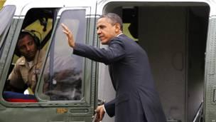Барак Обама поднимается на борт президентского вертолета.