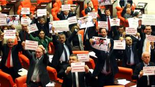 Члены турецкого парламента от оппозиции протестуют.
