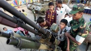 Посетители ярмарки вооружений в Дакке