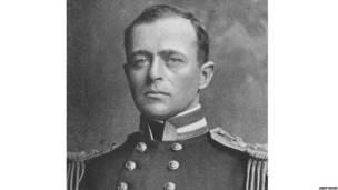retrato oficial de Robert Falcon Scott, explorador y oficial naval británico