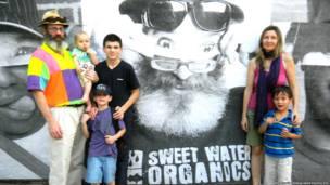 Christopher Toole y su esposa Anya Pozdeeva junto a sus hijos