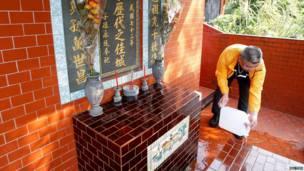 Wani mutum yana share kabarin kakanninsa a wata makabarta da ke Taipei, a kasar Taiwan, ranar 4 ga watan Afrilun 2012